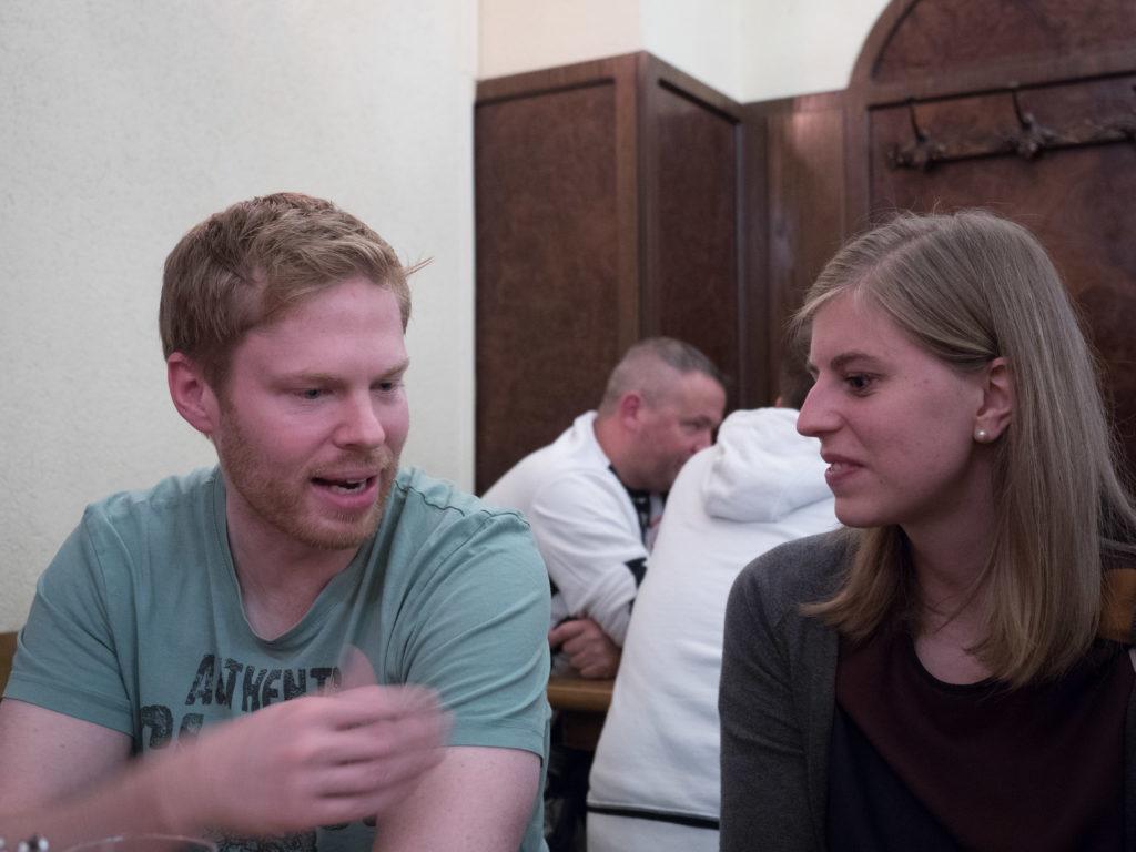Ich erkläre Marielle, warum ich mich für das Frankfurter Schnitzel und gegen die Haxe entschieden habe.